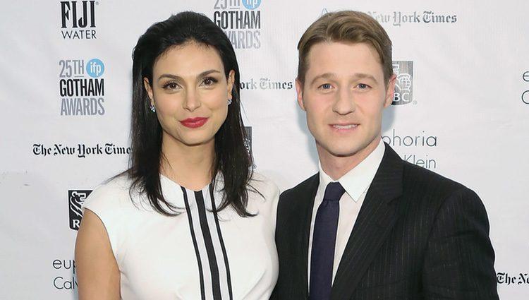 Morena Baccarin luce embarazo acompañada por Ben McKenzie en los Premios Gotham 2015