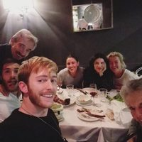 Pablo Rivero, Ricardo Gómez, Imanol Arias, Irene Meritxell, Irene Visedo, Ana Duato y María Galiana cenando juntos