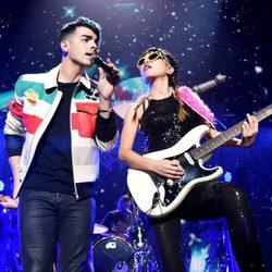 Joe Jonas y JinJoo Lee actuando en el Jingle Ball Tour 2015 en Los Angeles