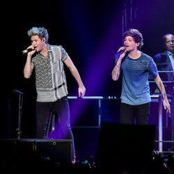 Niall Horan y Louis Tomlinson actuando en el Jingle Ball Tour 2015 en Los Angeles
