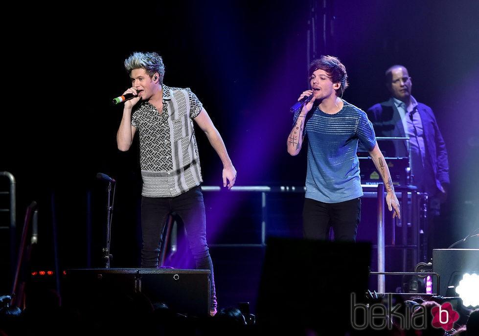 Niall Horan y Louis Tomlinson actuando en el Jingle Ball Tour 2015 en Los Angeles