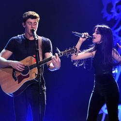 Shawn Mendes y Camila Cabello actuando en el Jingle Ball Tour 2015 en Los Angeles