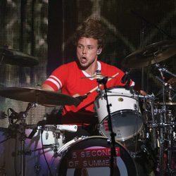 Ashton Irwin actuando en el Jingle Ball Tour 2015 en Los Angeles