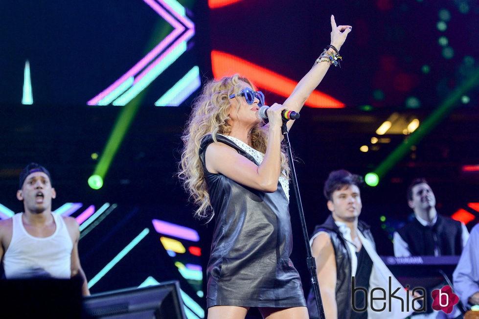 Paulina Rubio luciendo embarazo durante un concierto en Miami