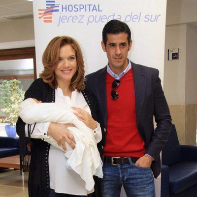 Beatriz Trapote y Víctor Janeiro a la salida del hospital con su hijo Víctor Jr.