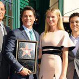 Rob Lowe con su estrella en el Paseo de la Fama de Hollywood al lado de Gwyneth Paltrow