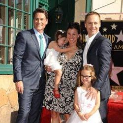 Rob Lowe celebra su estrella en el Paseo de la Fama de Hollywood con su hermano Chad Lowe