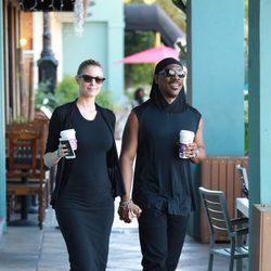 Eddie Murphy y Paige Butcher, un relajado paseo en pareja luciendo tripita