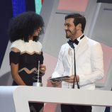 Mario Casas y Berta Vázquez muy cómplices en los Premios 40 Principales 2015