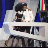 Berta Vázquez dando un beso a Mario Casas en los Premios 40 Principales 2015
