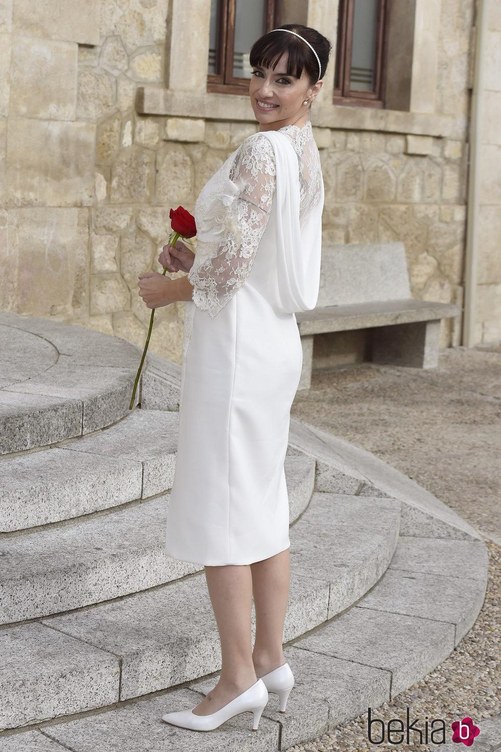 Beatriz Rico luciendo su vestido de novia antes de casarse con Rubén Ramírez