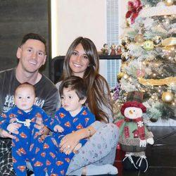 Leo Messi y Antonella Roccuzzo con sus hijos Thiago y Mateo junto al árbol de Navidad