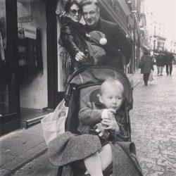 Alec Baldwin con su esposa Hilaria Thomas y sus dos hijos Carmen y Rafael en Toledo
