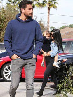 Kourtney Kardashian con Scott Disick y su hija Penelope disfrutando de una comida familiar