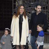 Chayo Mohedano y Andrés Fernández con sus hijos en el bautizo de la hija de Tamara Gorro y Ezequiel Garay