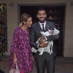 Tamara Gorro y Ezequiel Garay, embelesados con su hija Shaila en su bautizo