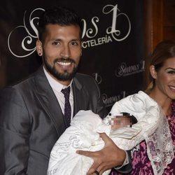 Ezequiel Garay con su hija Shaila en su bautizo