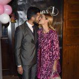 Tamara Gorro y Ezequiel Garay besándose en el bautizo de su hija Shaila
