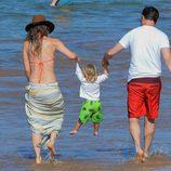 Olivia Wilde y su novio Jason Sudeikis jugando con su hijo Otis en la orilla del mar