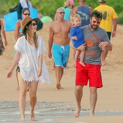 Olivia Wilde y Jason Sudeikis, felices con su hijo Otis paseando por la playa