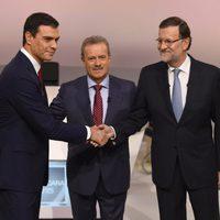 Pedro Sánchez y Mariano Rajoy saludándose antes de su cara a cara