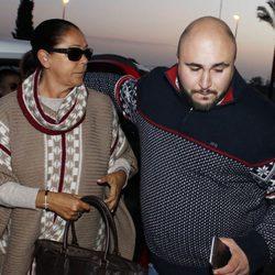 Kiko Rivera recibe a su madre Isabel Pantoja a la puerta del hospital en el que ha nacido Ana