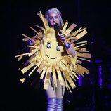 Miley Cyrus vestida de sol durante un concierto en Canadá
