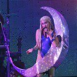 Miley Cyrus aparece en el escenario convertida en luna durante un concierto en Canadá