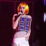 Miley Cyrus ataviada con un desconcertante estilismo durante su concierto en Canadá