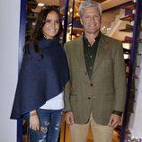 Espartaco y Glora Camila en la inauguración de la tienda de la joven en Sevilla