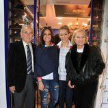 Gloria Camila apoyada por su tía Gloria Mohedano y su marido José Antonio en la inauguración de su tienda en Sevilla