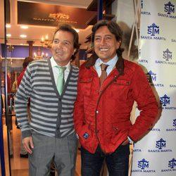 Ernesto Neyra en la inauguración de la tienda de de su novia Gloria Camila en Sevilla