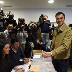 Pedro Sánchez vota en las elecciones generales del 20 de diciembre