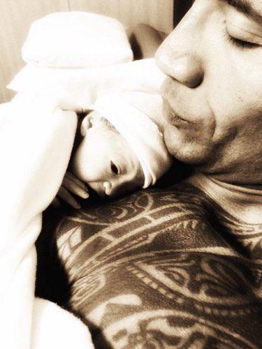 Dwayne Johnson publica una foto de su hija recién nacida