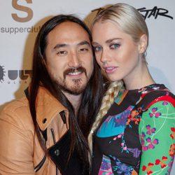 Steve Aoki y su mujer Tiernan Cowling en el evento Wonderland en Los Ángeles