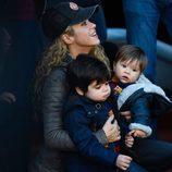 Shakira con sus hijos Milan y Sasha viendo un partido de fútbol