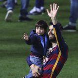 Gerard Piqué celebra el Mundialito de Clubes 2015 con su hijo Milan