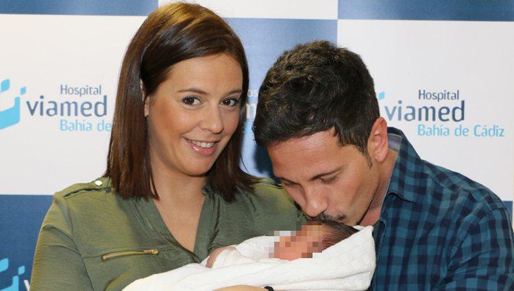 David de María besa a su hijo Leonardo en su presentación junto a Lola Escobedo
