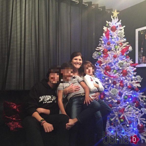 Dolores Aveiro con todos sus nietos en Navidad