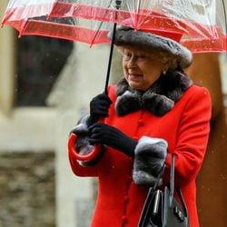 La Reina Isabel II asiste a la tradicional Misa de Navidad 2015