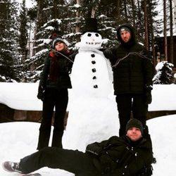 Taylor Swift, su hermano Austin y Calvin Harris disfrutan la Navidad 2015 en la nieve