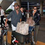 Eva Longoria y José Antonio Bastón a su llegada al aeropuerto de Los Ángeles