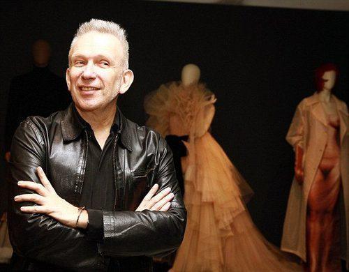 El diseñador Jean Paul Gaultier junto a los diseños clásicos de los almacenes Dayton en Australia