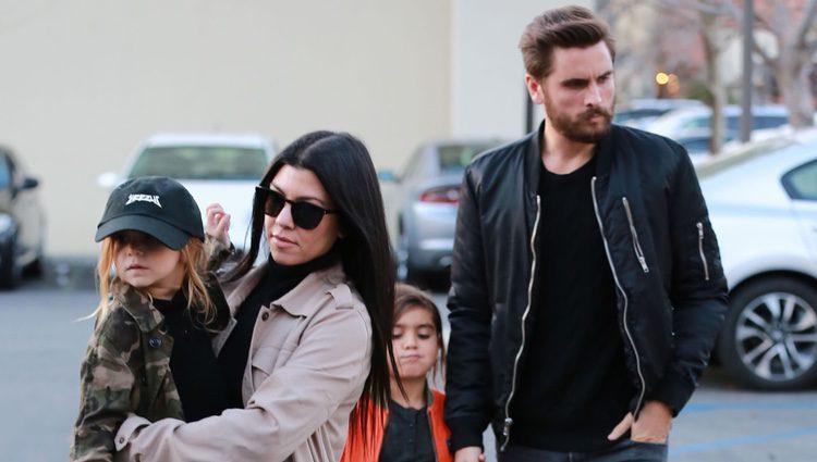 Scott Disick y Kourtney Kardashian acompañados por sus hijos Penelope y Mason