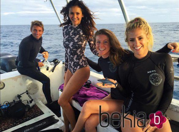 Nina Dobrev y sus amigos de vacaciones en Hawaii