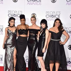 Vanessa Hudgens junto a Keke Palmer, Julianne Hough, Carly Rae Jepsen y Kether Donohue en los People's Choice Awards 2016