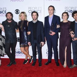 Kaley Cuoco, Melissa Rauch, Johnny Galecki, Simon Helberg, Jim Parsons, Mayim Bialik y Kunal Nayyar en los People's Choice Awards 2016