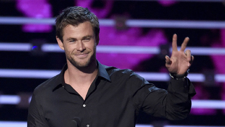 Chris Hemsworth con su premio en los People's Choice Awards 2016