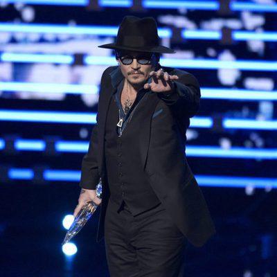 Johnny Depp con su premio en los People's Choice Awards 2016