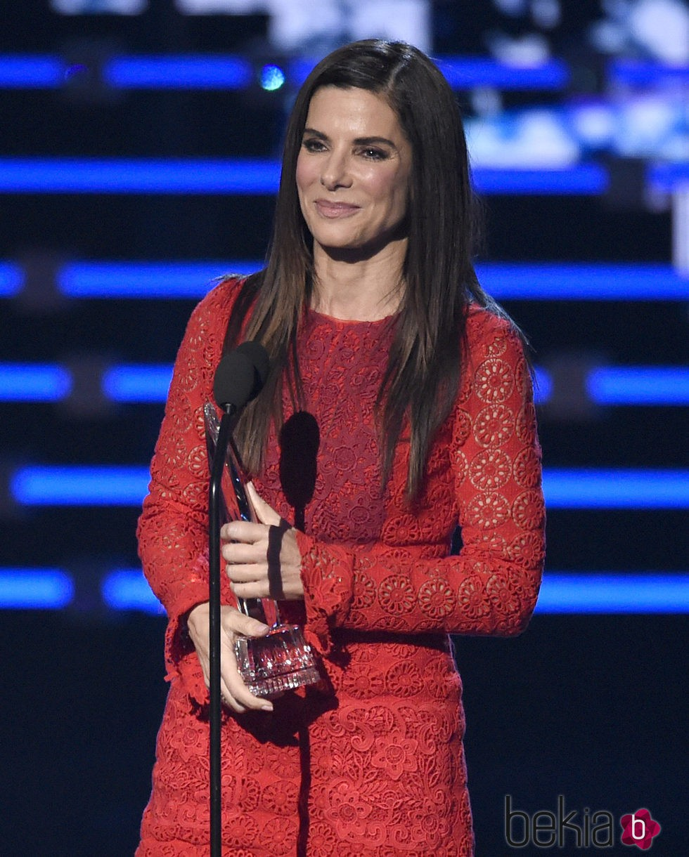 Sandra Bullock con su premio en los People's Choice Awards 2016